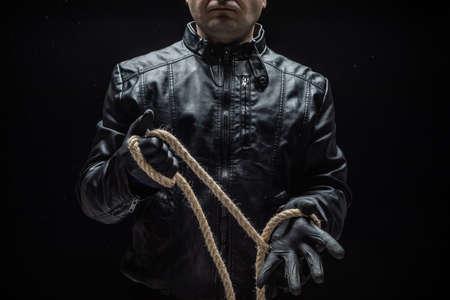 Serienmörder mit Seil. Halloween-Konzept Standard-Bild