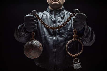 Serienmörder mit Ketten für sein Opfer / Halloween-Konzept Standard-Bild
