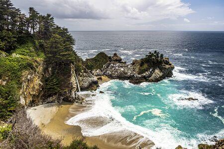Hermosas cataratas McWay en la costa de Big Sur, California, EE. Foto de archivo