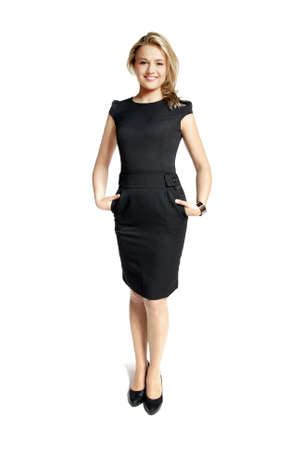hôtesse: Jeune femme attrayante dans une robe noire souriant et regardant la cam�ra.
