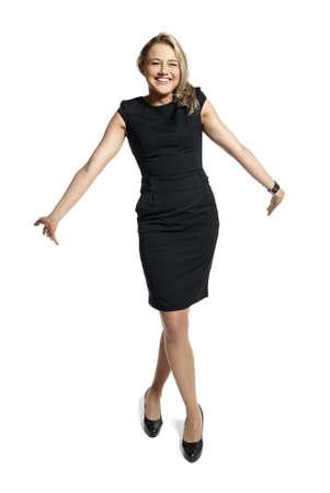 hôtesse: Belle jeune femme dans une robe noire souriant et regardant la cam�ra. Banque d'images