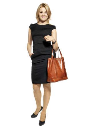 hair dress: Studio foto de mujer atractiva en un vestido negro con un bolso Retrato de mujer de negocios aislados en fondo blanco Foto de archivo