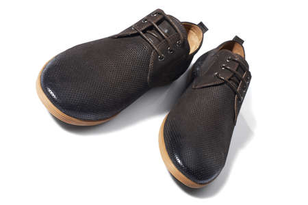 7349682757  21448353 - El estudio tiró de hombre zapatos marrones sobre fondo blanco