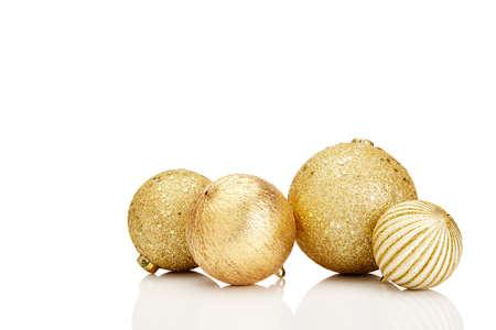 oro: Oro bolas de Navidad en el fondo blanco. Copia espacio en blanco para el texto y el logotipo.