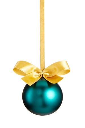 pelota: Bola verde de la Navidad con el arco aislado en fondo blanco