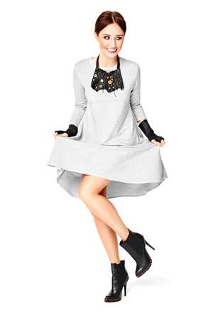 piernas con tacones: Studio foto de una mujer joven y atractiva que presenta contra un fondo blanco. Foto de archivo
