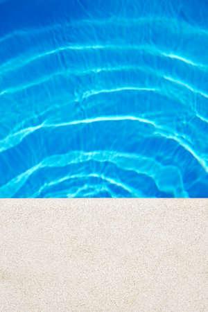 158c2e29 Par De Sandalias De Bebé En La Piscina En El Día Soleado. Copiar El ...