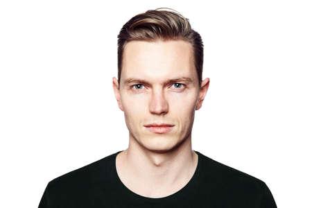 Studio-Aufnahme des jungen Mannes in die Kamera schaut. Isoliert auf weißem Hintergrund. Querformat, hat er ein ernstes Gesicht, er trägt ein schwarzes T-Shirt tragen.