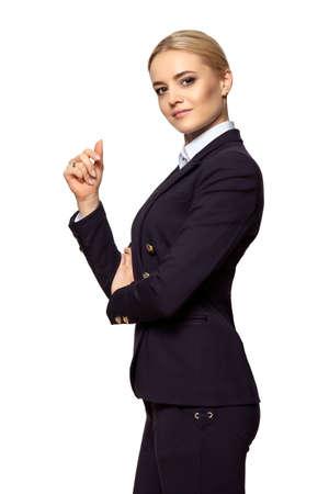Retrato de estudio de una mujer de negocios rubia seria con la mano levantada. Aislado sobre fondo blanco. Foto de archivo