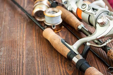 釣具 - 釣り投げ釣り, 釣り糸をフックし、木製の背景にルアー 写真素材