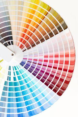 Primer plano del libro de muestras de color. Catálogo de muestras de pintura de diversos colores.