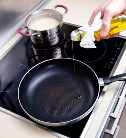 dripping pan: Dripping pan, olive oil and black induction cooker