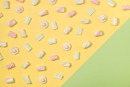 paletas de caramelo: Sweet marshmallows minimalism set on pastel colorful background Foto de archivo