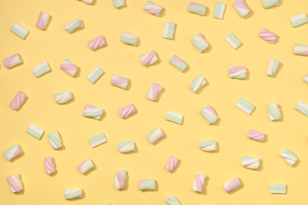 paletas de caramelo: malvaviscos minimalismo dulce fijado en colores pastel paja fondo amarillo