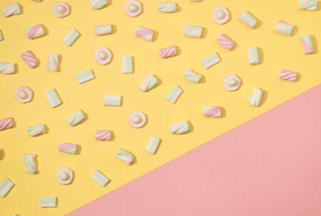 paletas de caramelo: El minimalism de las melcochas dulces fijó en fondo colorido en colores pastel Foto de archivo