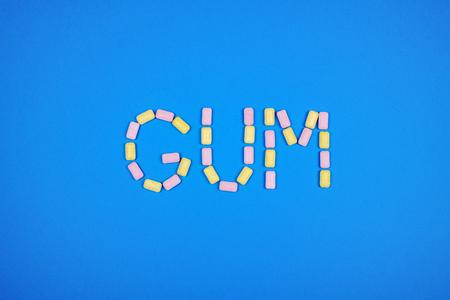 ガムを噛むと青の背景に書かれた単語ガム 写真素材