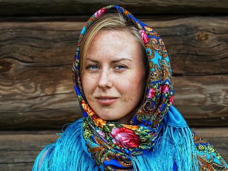 Beautiful girl in Russian folk shawl. Traditional dress Foto de archivo - 117435900