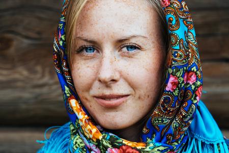 Beautiful girl in Russian folk shawl. Traditional dress Foto de archivo - 117435902