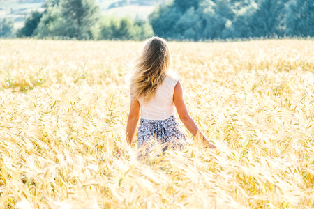 Young woman on a wheat field with sunlight Foto de archivo - 117430066