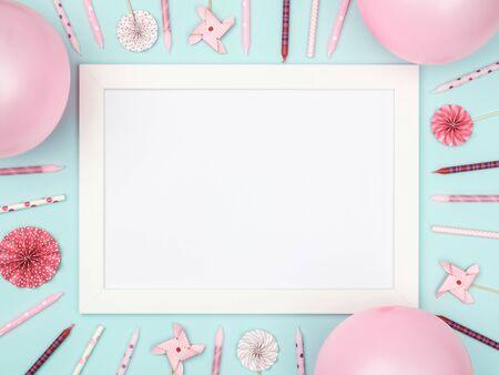 Kerstballen en afbeeldingsframe op stijlvolle kleurrijke tafelbladweergave. Mode achtergrond. Plat leggen. Feestmodel of uitnodiging