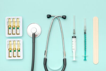 Top view of doctors table with stethoscope and other equipment. Colored background. Top view. Flat lay 版權商用圖片