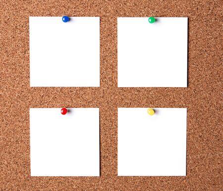 corcho: Varios de los documentos de mensajes pegados a tablero de corcho