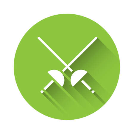 White Fencing icon isolated with long shadow. Sport equipment. Green circle button. Vector Illustration. Vecteurs