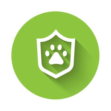 White Animal health insurance icon isolated with long shadow. Pet protection concept. Dog or cat paw print. Green circle button. Vector Stock Illustratie