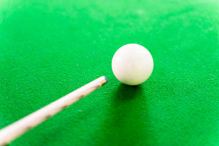 White snooker balls on the snooker table and snooker cue stick Imagens