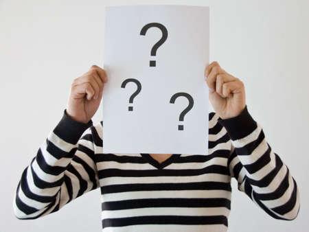 decission: donna con interrogativi di fronte il suo viso in camicia a righe