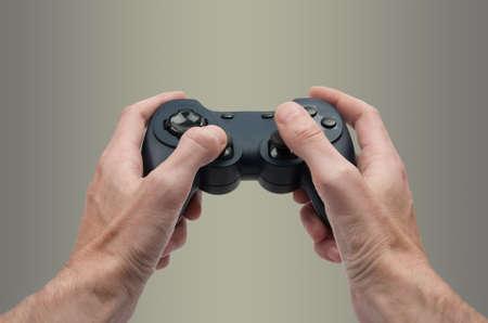 juego: Manos sosteniendo controladora de video juego como en un juego en tercera persona