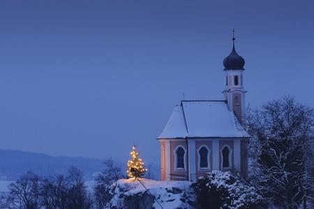 january sunrise: Capilla de Navidad y �rbol iluminado en la noche de la v�spera en Alta Baviera, Alemania Foto de archivo