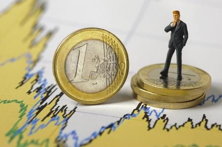 fondos negocios: moneda de euro en el gráfico muestra la crisis financiera