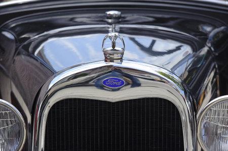 ford: Landsberg, DUITSLAND - 9 juli: Oldtimer rallye voor ten minste 80 jaar oud zijn antieke auto's met Ford Roadster, gebouwd in 1930, foto genomen op 9 juli 2011 in Landsberg, Duitsland