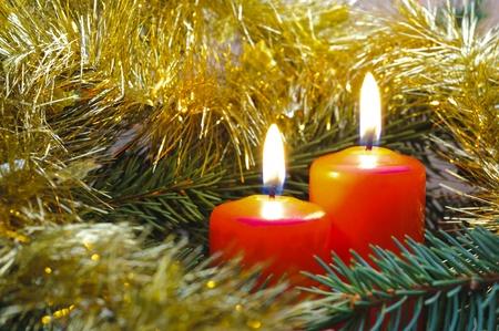 corona de adviento: velas de Navidad en la rama
