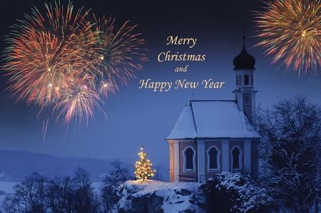 muerdago navideÃ?  Ã? Ã?±o: Feliz Navidad y feliz año nuevo con fuegos artificiales y el árbol de Navidad