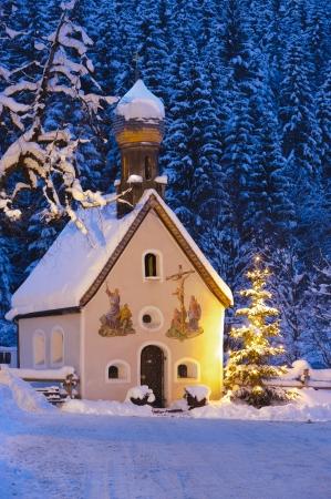 Noël avec l'arbre de l'église le soir Banque d'images - 11294144