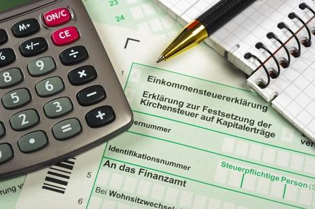 retour: Duitse belasting formulier met rekenmachine Stockfoto