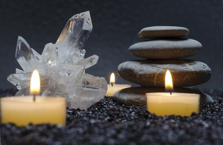 zen met kristallen, stenen en kaars