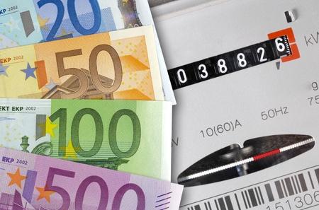 factura: medidor de electricidad con el euro Foto de archivo