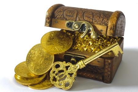 schatkist met gouden munten en sleutel Stockfoto
