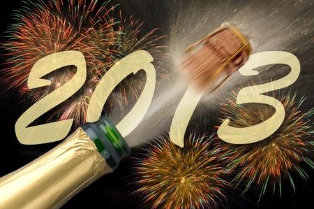 popping champagne a fuochi d'artificio di Capodanno 2013 Archivio Fotografico