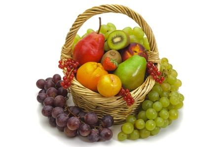 canastas con frutas: frutas frescas aisladas sobre fondo blanco