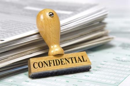 documenten en rubber stempel gemarkeerd met vertrouwelijke Stockfoto