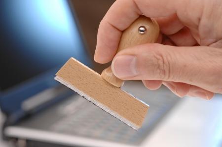 goma: sello de goma en blanco en la mano para diferentes textos