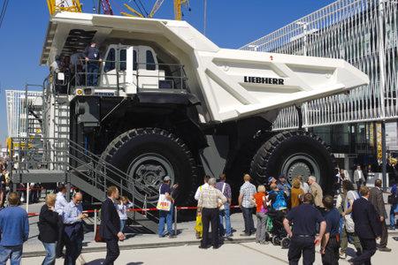 expositor: MUNICH, Alemania - 15 de abril: cami�n Liebherr T282 en el mundo, la mayor feria de m�quinas de construcci�n, titulado Bauma 2013, el 15 de Abril de 2013 en Munich, Alemania