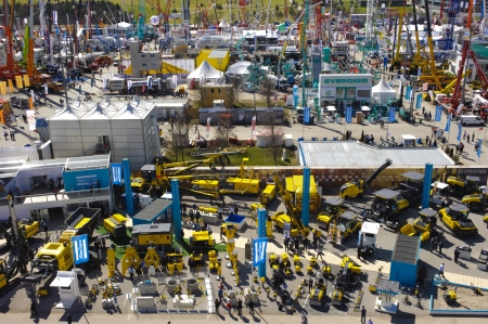 expositor: MUNICH, Alemania - 15 de abril: el mundo mayor feria de m�quinas de construcci�n, titulado Bauma 2013, se lleva a cabo con 3.400 expositores de 57 naciones de 15.-21. 04 2013 en Munich, Alemania