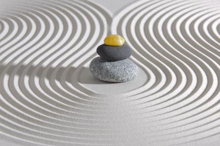 Jardin zen japonais avec des pierres empilées dans le sable
