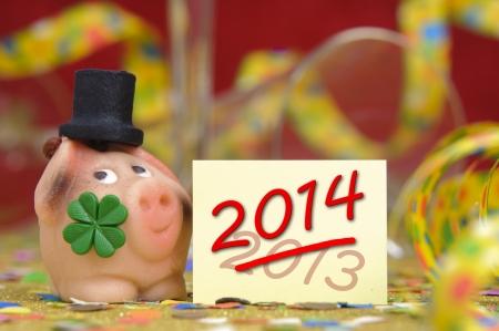 talism: cerdo con hoja de tr�bol como talism�n para el nuevo a�o 2014