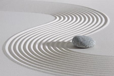 Giardino giapponese con pietra nella sabbia rastrellata